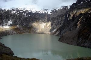 Laguna amarilla en el volcan altar